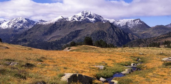 randonnée a pied pedestre en famille ou en petit groupe dans les Pyrennées orientales entre la france et l'espagne